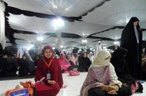 Bunda Nike Ari Arham seusai sholat Shubuh di Masjid Nabawi