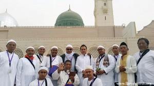 Para Jamaah AFI Tour berpose di depan Kubah Hijau Masjid Nabawi